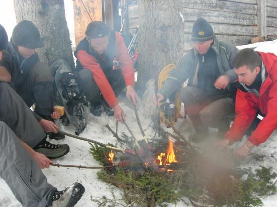saucisses grillées dans la neige en montagne