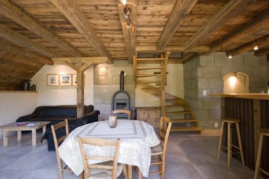 coin repas et montée d'escalier menant aux chambres
